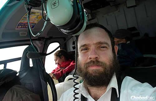 Helikopterrel segít a rabbi