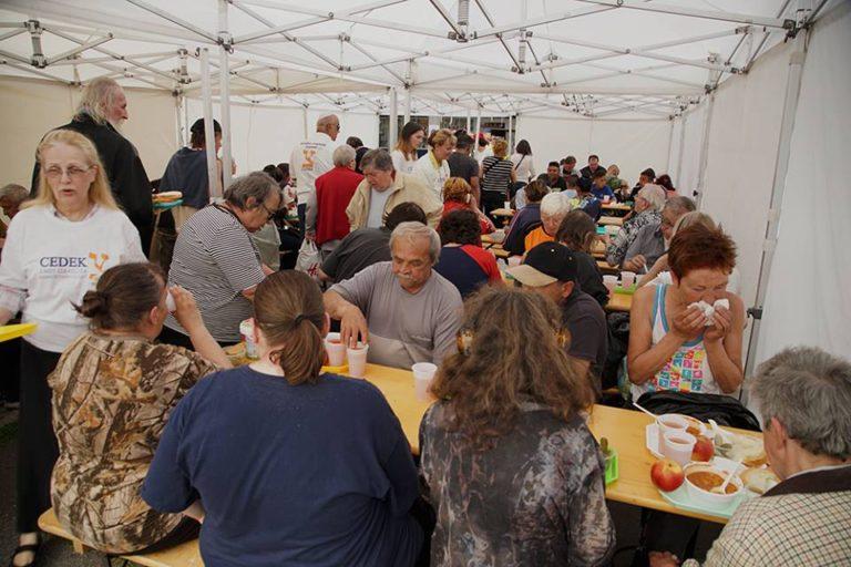 Ismét segít a CEDEK – Ételosztás Miskolcon