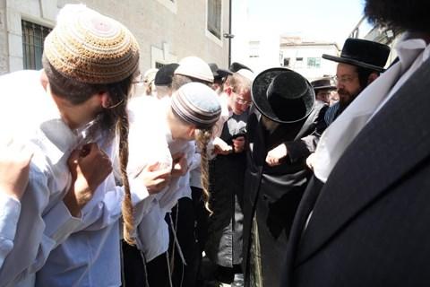 Rendhagyó esküvő: anticionista rebbe áldotta meg a cionista párt