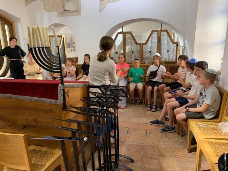 Zsidó misztikáról beszélgettek kisiskolások a budavári imaházban