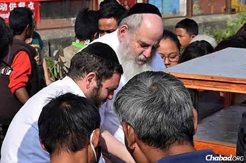 Lubavicsi rabbik étel osztanak