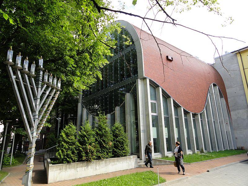 A tallinni zsinagóga modern épülete, előtérben a chanukai menórával
