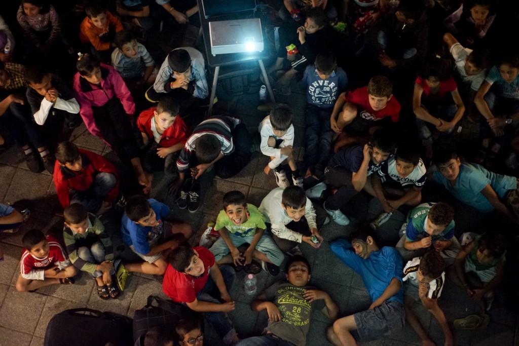 Budapest, 2015. szeptember 3. Illegális bevándorlók a budapesti Keleti pályaudvar elõtt kialakított tranzit zónában 2015. szeptember 2-án. A rendõrség nem engedi õket felszállni a Németországba induló vonatra. MTI Fotó: Balogh Zoltán