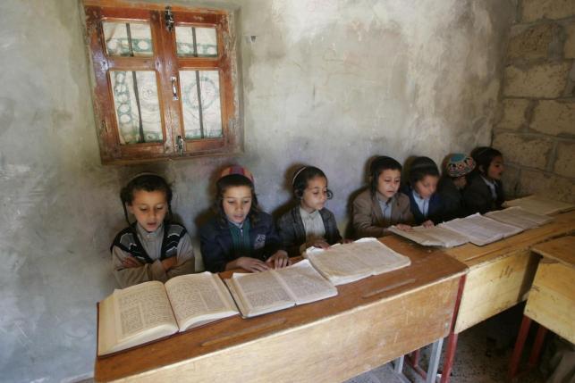 Yemeni Jewish boys read the Torah at a Hebrew school in the northwestern Yemeni town of Raida in this February 20, 2009 file photo.  REUTERS/Khaled Abdullah/Files