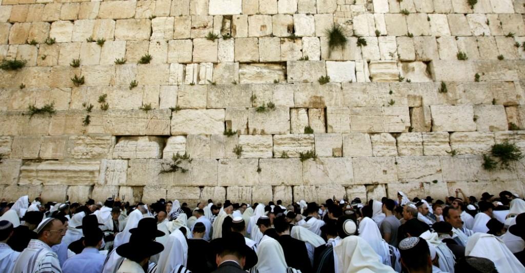 orthodox-jews-pray-at-old-city-P