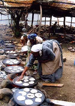 Etióp asszonyok maceszt sütnek