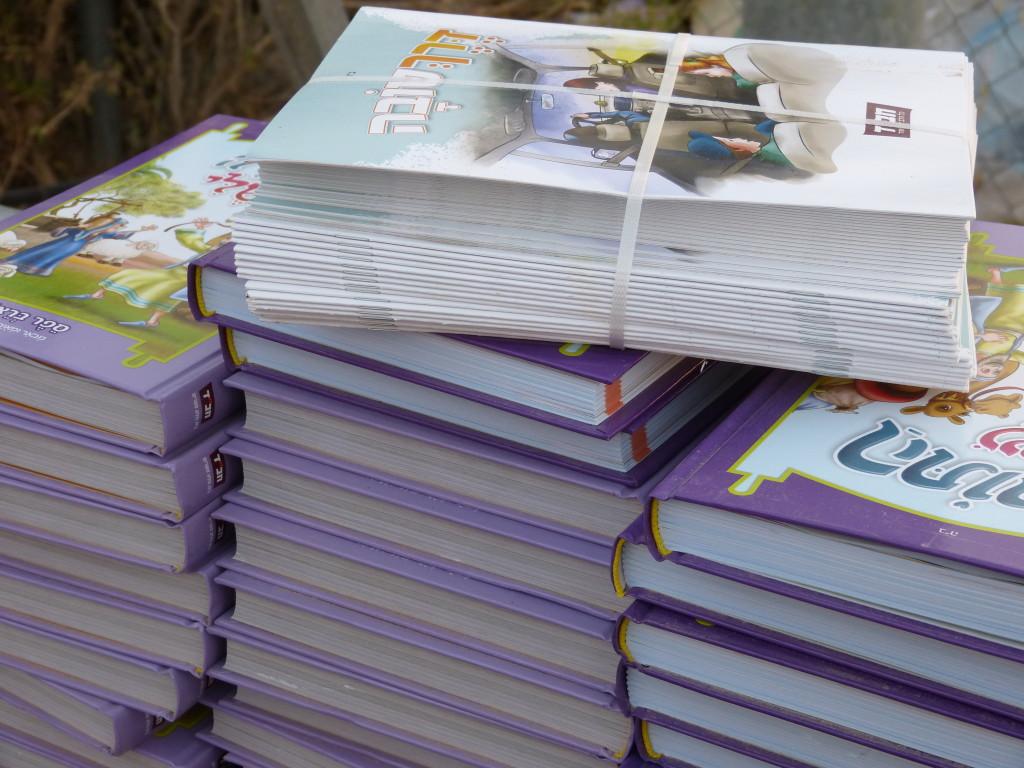 A kiosztásra váró ajándékkönyvek