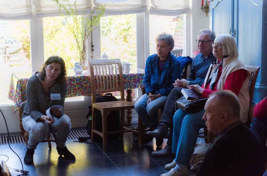 Yvonne van Gennep-Bouma mesél hágai lakása egykori lakóiról