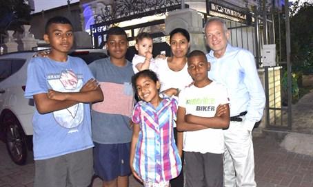Amin Sábán harmadik felesége gyermekeikkel és a One Family képviselőjével