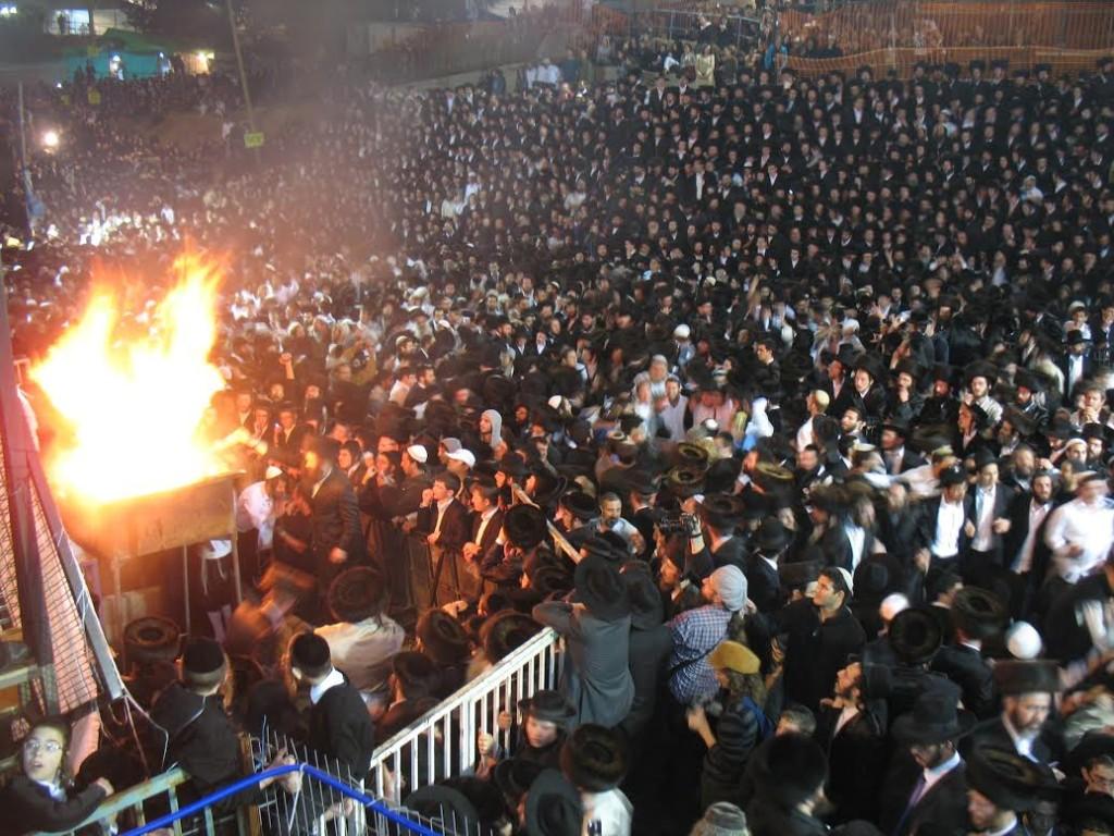 A Meronban ünneplő tömeg