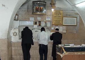 A Rásbi sírjánál