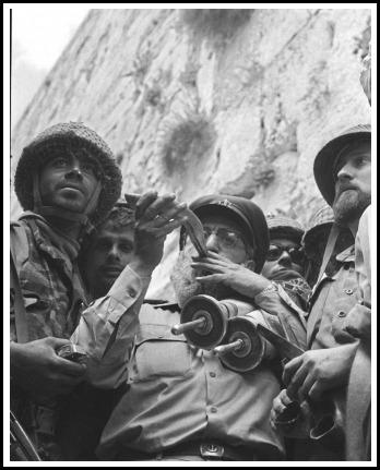 képek: Slomó Goren rabbi fújja a sófárt a Siratófalnál