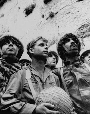 David Rubinger ikonikus fotója: izraeli katonák a Siratófal visszafoglalásakor