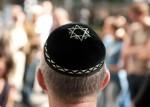 Ein Teilnehmer eines Kippa-Flashmobs trägt am Samstag (01.09.2012) in Berlin die jüdische Kopfbedeckung.  Anlass des Flashmobs war der brutale Überfall auf einen Rabbiner am Dienstag (28.08.2012) im Berliner Stadtteil Friedenau. Foto: Sebastian Kahnert dpa/lbn  +++(c) dpa - Bildfunk+++