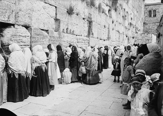 Zsidó nők imádkoznak a Siratófalnál, 1888 körül