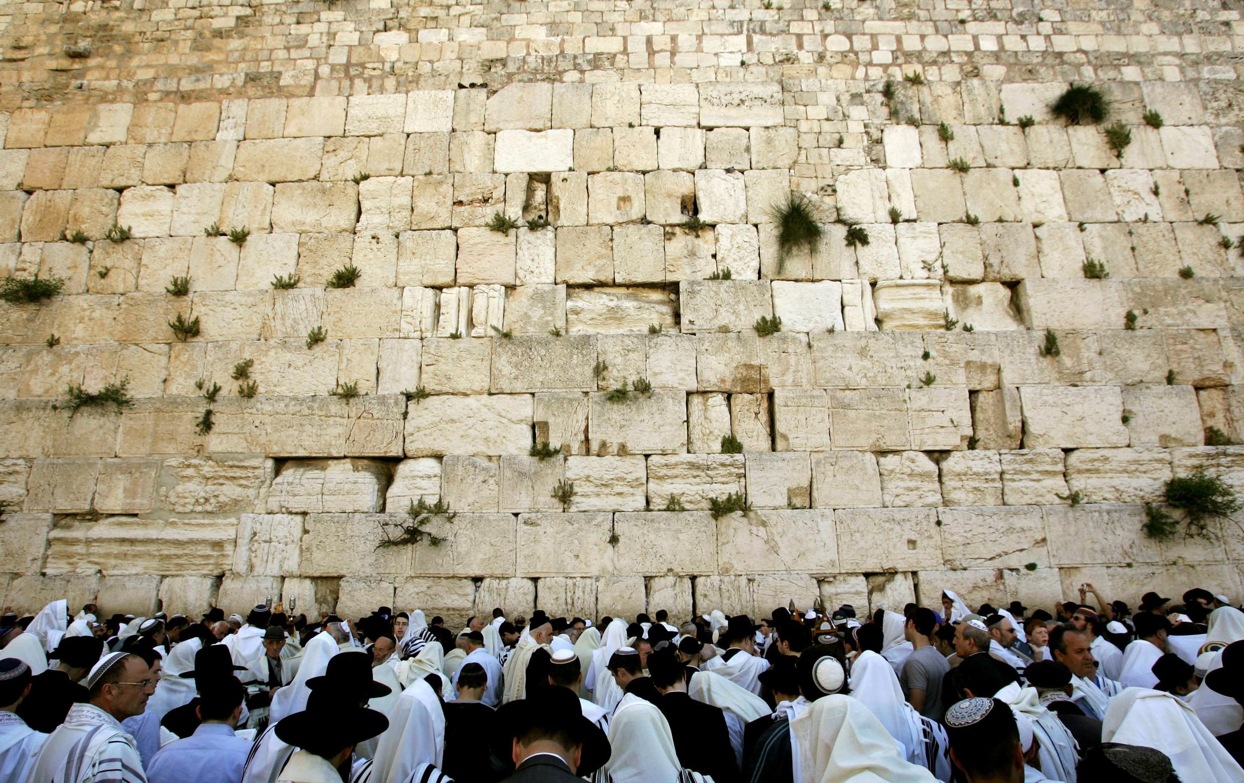 A Siratófalnál imádkozó zsidók