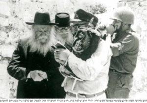 1967-ben, Menáchem Hákohén rabbi a kép jobb szélén