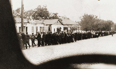 Zsidók menete az ukrajnai Kamenyec-Podolszkijban, ahol őreik a városon kívül agyonlőtték őket. A fotót Spitz Gyula, magyar munkaszolgálatos sofőr készítette titokban.