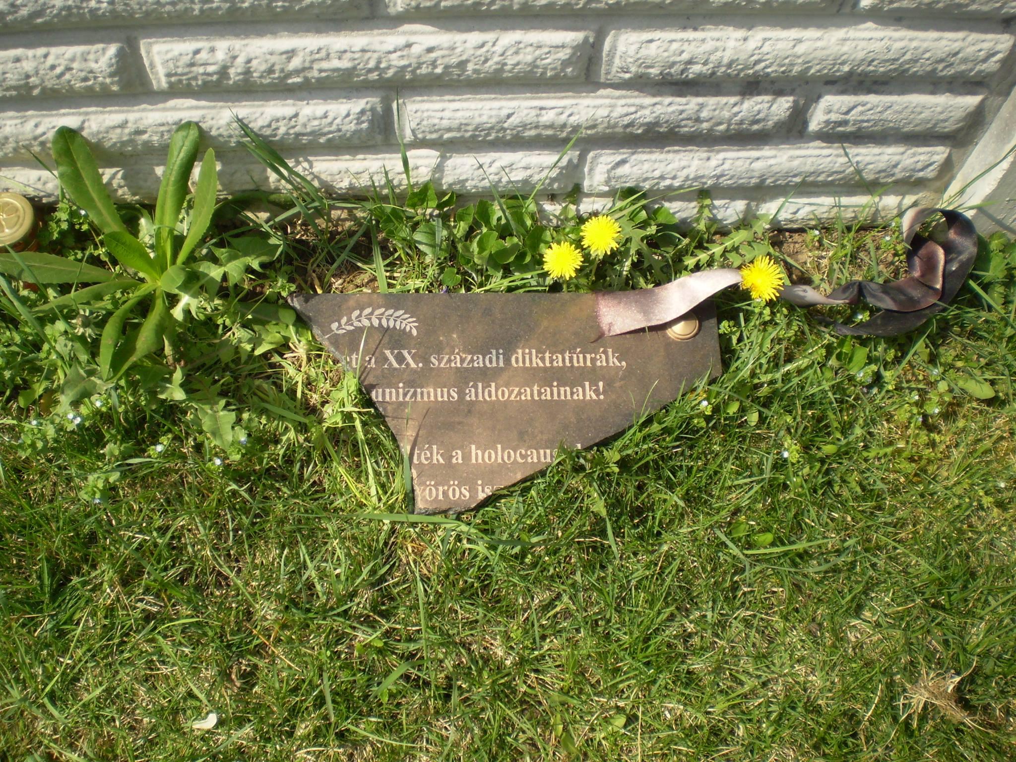 A KDNP tiltakozik a csömöri temetőben megrongált holokauszt emléktáblák miatt