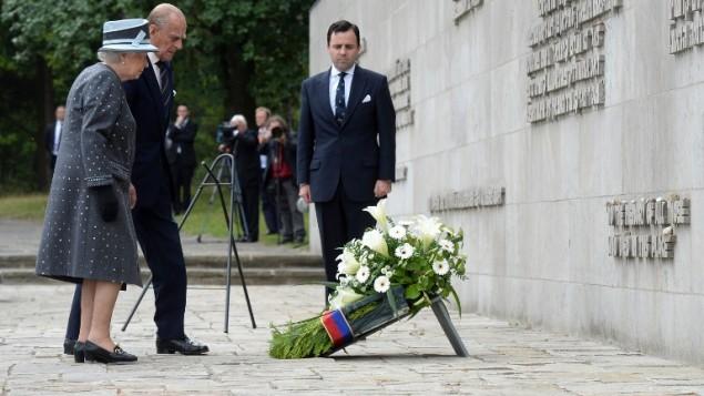 Bergen-Belsen áldozataira és felszabadítóira emlékezett II. Erzsébet királynő