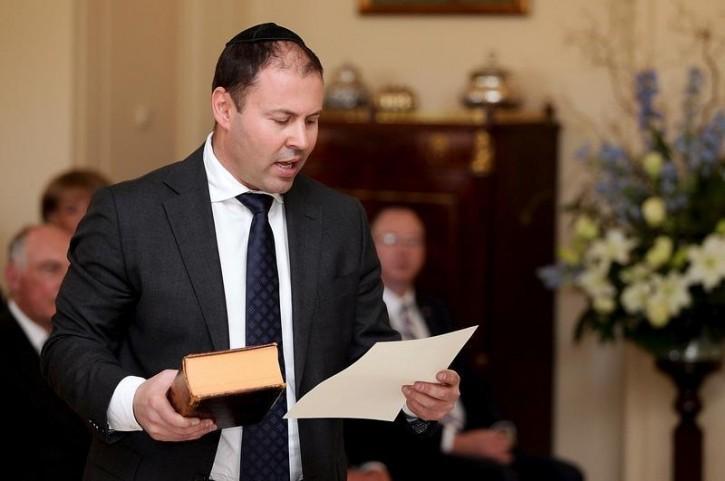 A héber Bibliára esküdött fel az ausztrál miniszter