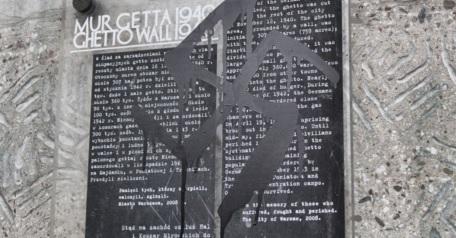 Horogkeresztet firkáltak Varsóban az egykori gettó emléktáblájára