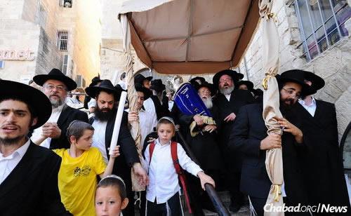 Hatodik alkalommal avatták fel a gyermekek tóratekercsét Jeruzsálemben