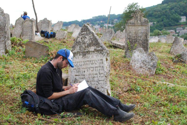 Több mint 400 éves sírköveket is találtak az ukrán városka mellett