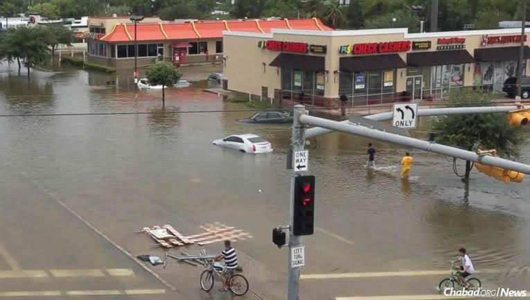 Harvey pusztít, az emberek segítenek