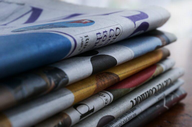 Ünnepi leborulás: Miért visznek újságot az idősek a zsinagógába?