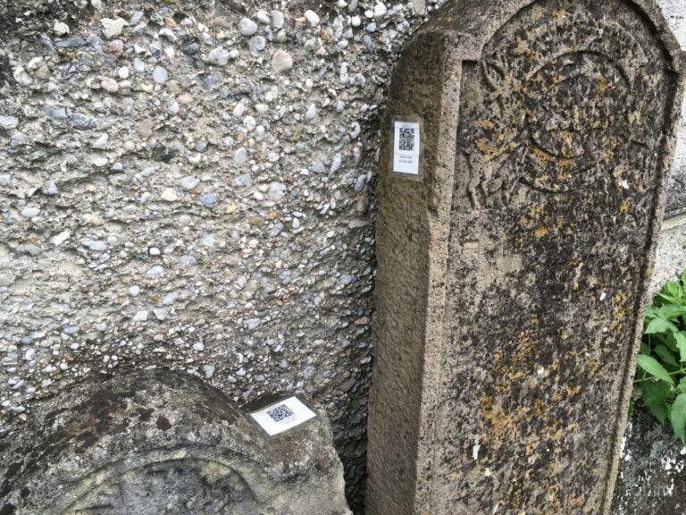 QR-kód segíti a megértést a bécsújhelyi zsidó temetőben