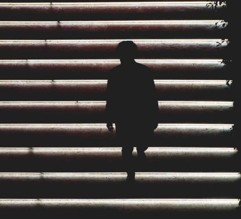 Egy lépcsőfok okozta halálát
