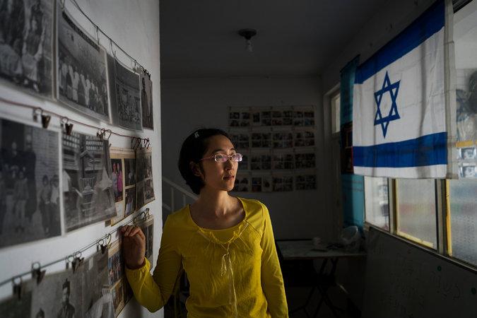 Guo Jan a magánmúzeumában, mely az egykori kaifengi zsinagóga közelében, a régi zsidónegyedben van