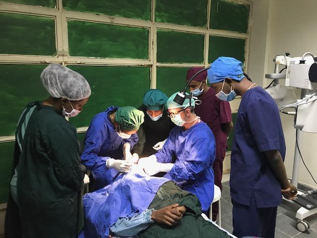 Izraeli orvos adja vissza emberek ezreinek látását Etiópiában