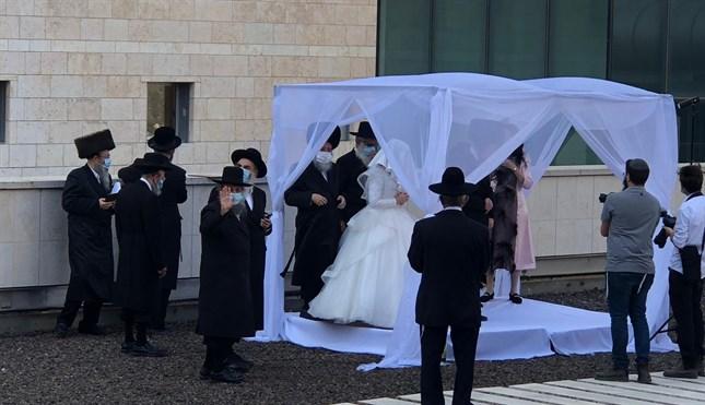 Felejthetetlen esküvő a járványkórház udvarán